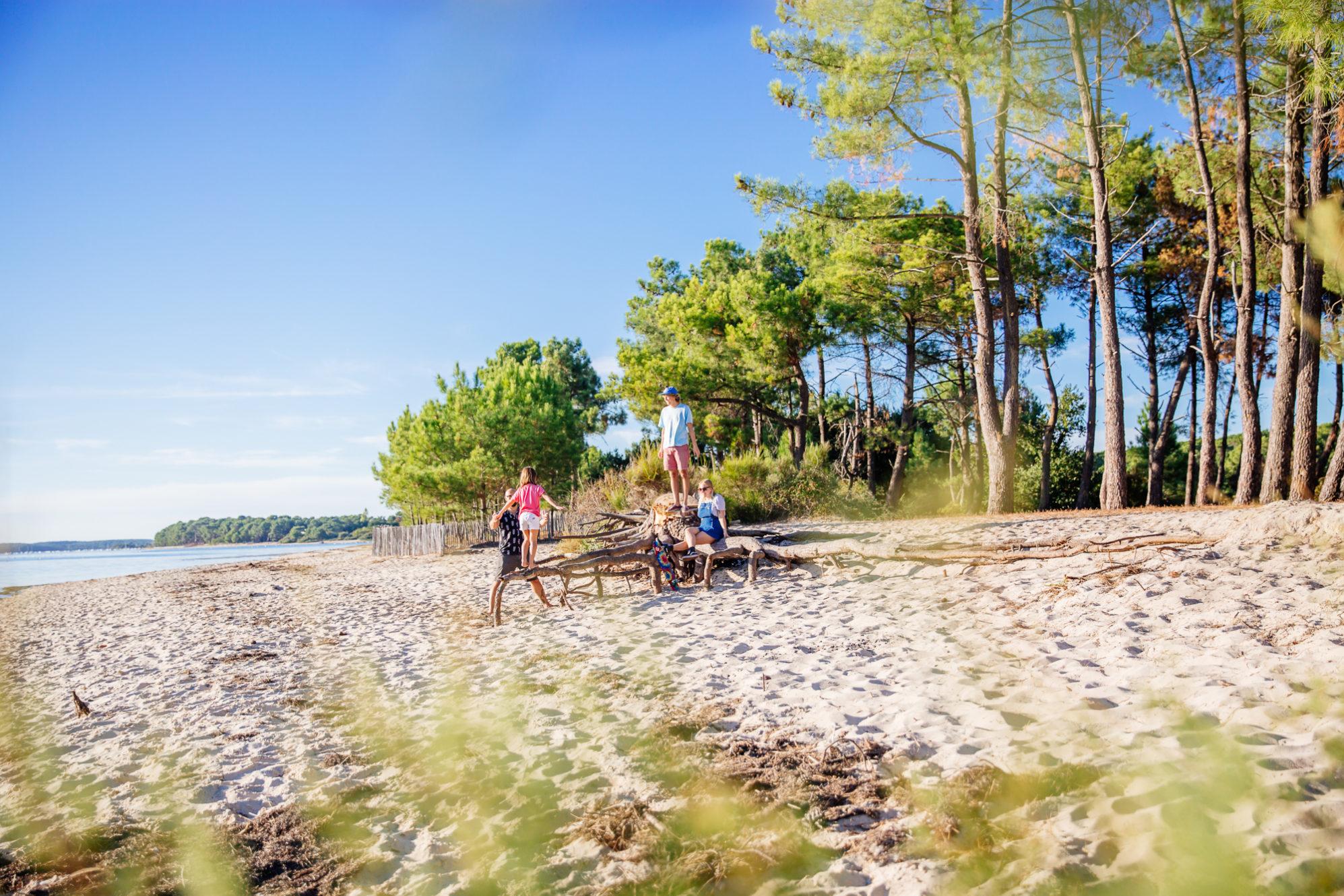 Famille se baladant sur la plage